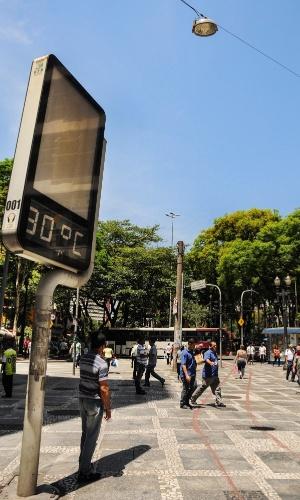10.out.2012 - Termômetro de rua registra o calor no centro de São Paulo nesta manhã. A previsão é de 32°C como máxima para a capital