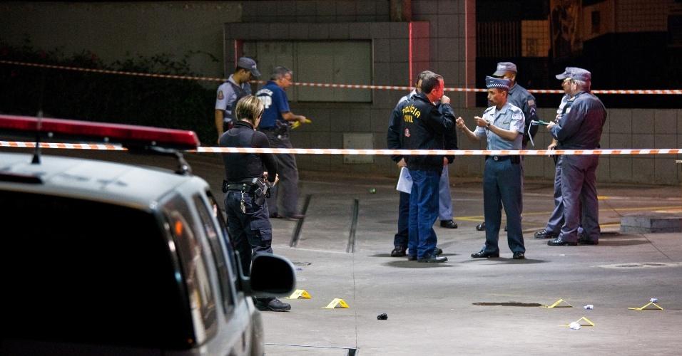 9.out.2012 - Policiais conversam em posto de gasolina de Taboão da Serra (SP), onde um policial militar à paisana foi morto na noite do dia 8