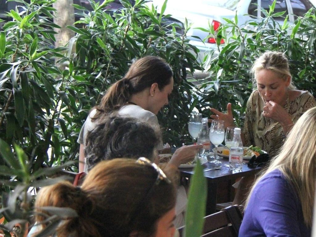 Acompanhada de uma mulher, a atriz Sharon Stone almoça em um restaurante no Leblon, no Rio de Janeiro. Ela está no Brasil para visitar o namorado Martin Mica, que é Argentino, mas mora no Brasil (10/10/12)