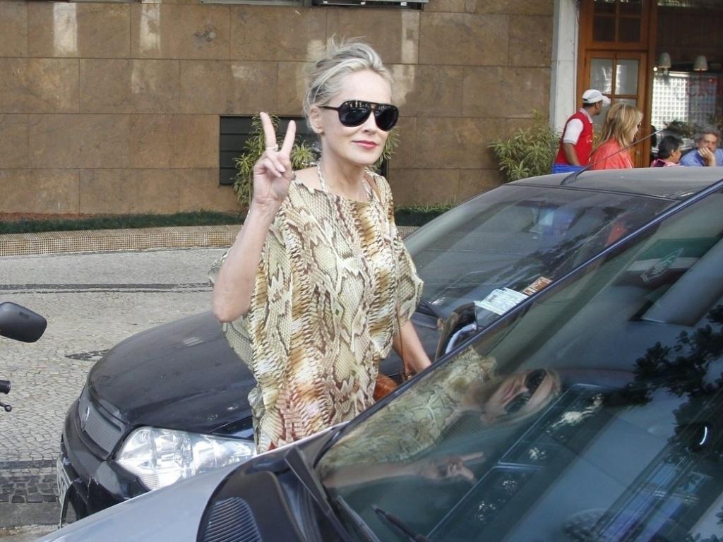 A atriz Sharon Stone sai de um restaurante no Leblon, no Rio de Janeiro. Ela está no Brasil para visitar o namorado Martin Mica, que é Argentino, mas mora no Brasil (10/10/12)