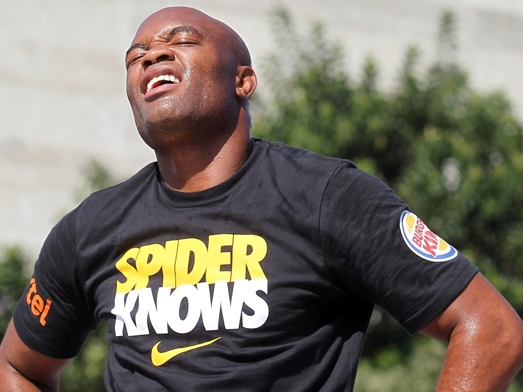 Anderson Silva mostra cansao debaixo do sol de 36 graus durante treino aberto do UFC Rio 3 nos Arcos da Lapa (10/10/2012)