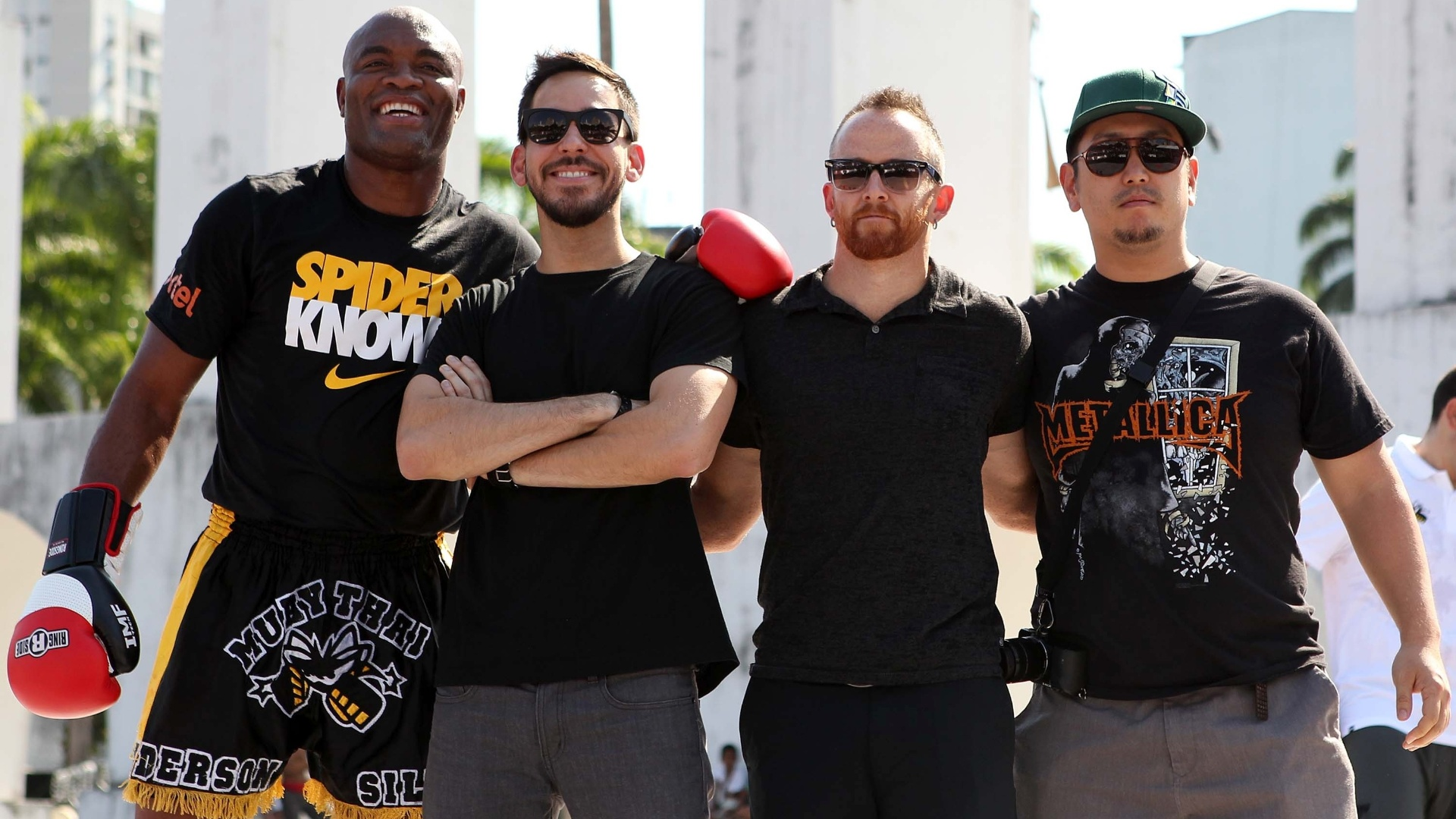 Anderson Silva posa com integrantes da banda de rock Linkin Park durante treino aberto do UFC Rio 3 nos Arcos da Lapa (10/10/2012)