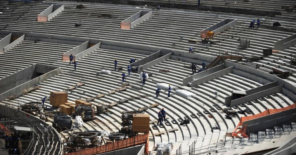 arquibancadas-do-maracana-foram-reformadas-e-uma-nova-cobertura-sera-construida-para-o-estadio-receber-os-jogos-da-copa-de-2014-1349886702224_956x500.jpg