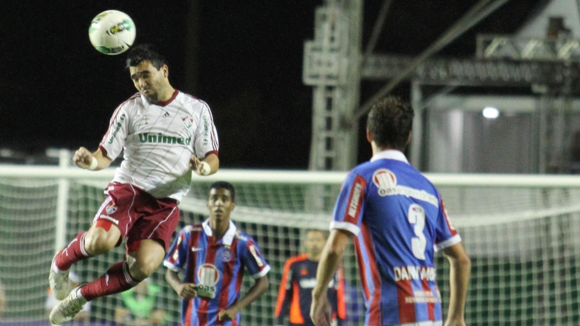 Deco pula e cabeceia a bola, observado por Danny Morais, zagueiro do Bahia, durante jogo da 29ª rodada do Brasileirão