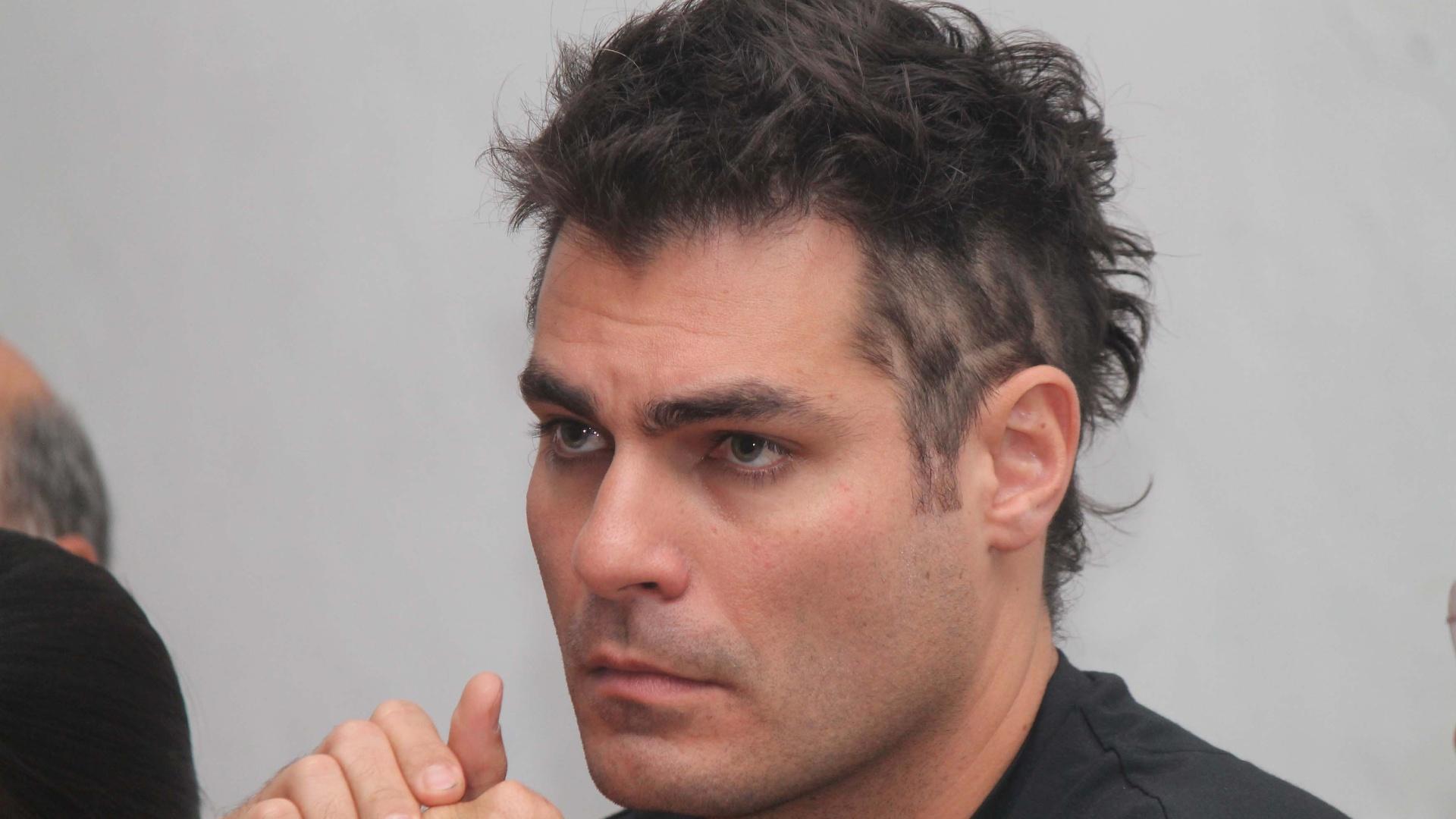 Durante coletiva (10/10/12), o ator Thiago Lacerda exibe moicano que pretende usar na montagem de