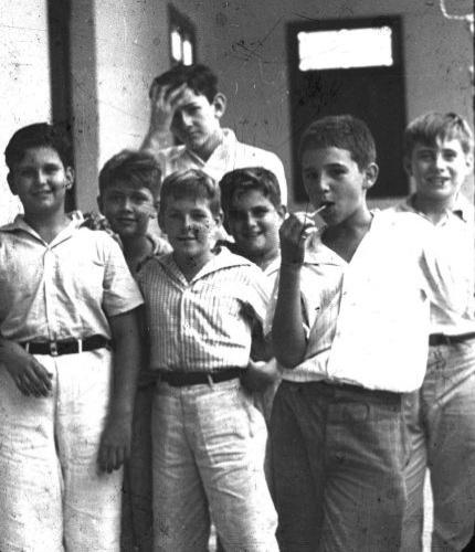 Fidel Alejandro Castro Ruz nasceu a 13 de agosto de 1926 em Birán, no leste de Cuba, filho do espanhol Ángel Castro Argiz e da cubana Lina Ruz González. Ele passou a infância no campo, na fazenda da família, e frequentou escolas em Birán, Santiago de Cuba e Havana, onde concluiu o ensino médio. Na foto, Fidel chupa pirulito em escola católica em Santiago de Cuba, em 1940