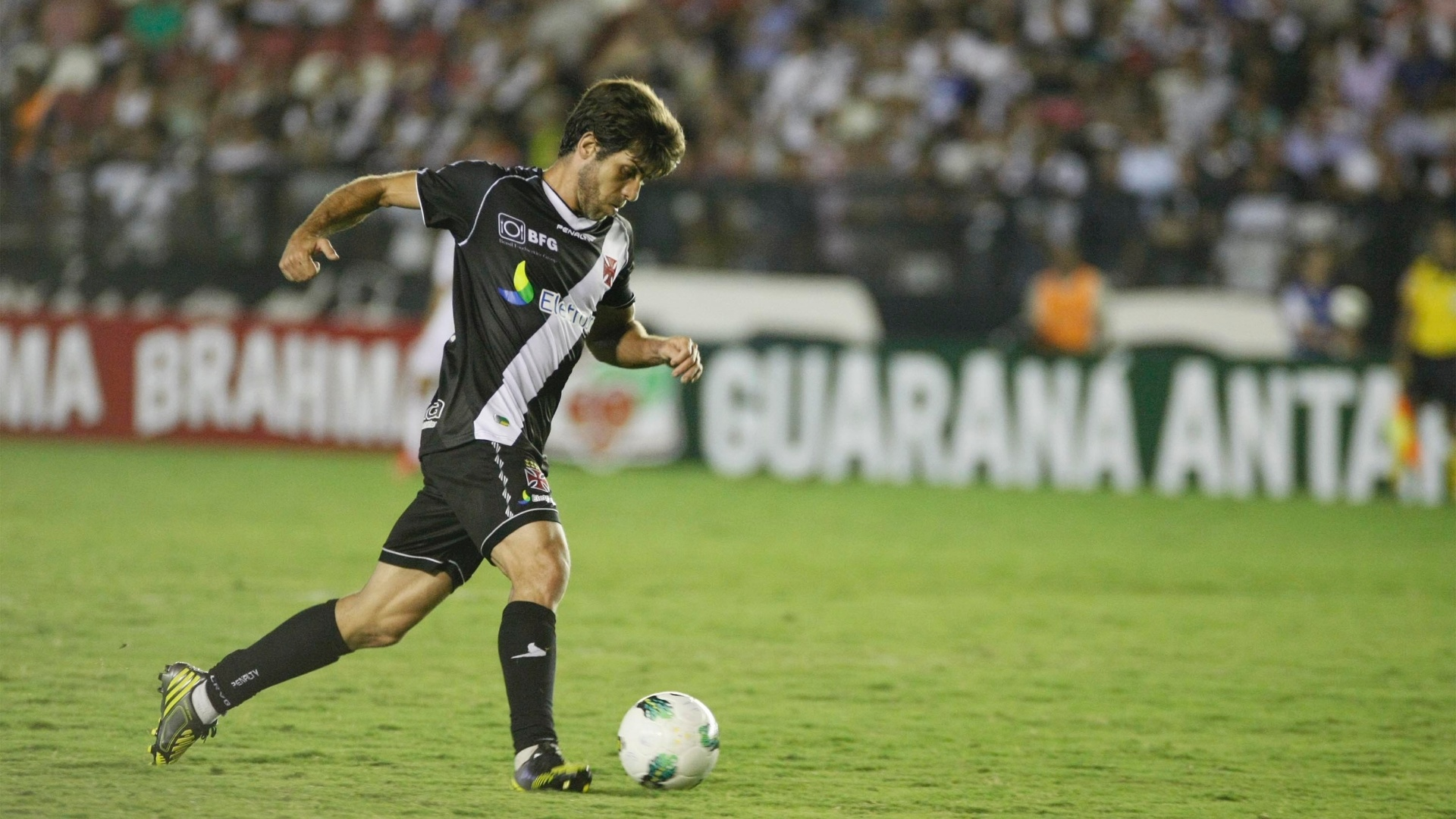 Juninho Pernambucano conduz o Vasco ao ataque na partida contra o So Paulo, em So Janurio