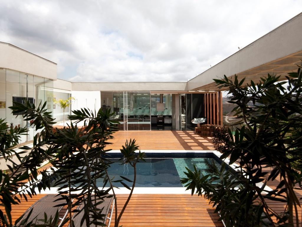 #9D5B2E Confira curiosidades e projetos de decoração de piscinas 1024x768 px Projetos De Casas Com Cozinha Nos Fundos #187 imagens