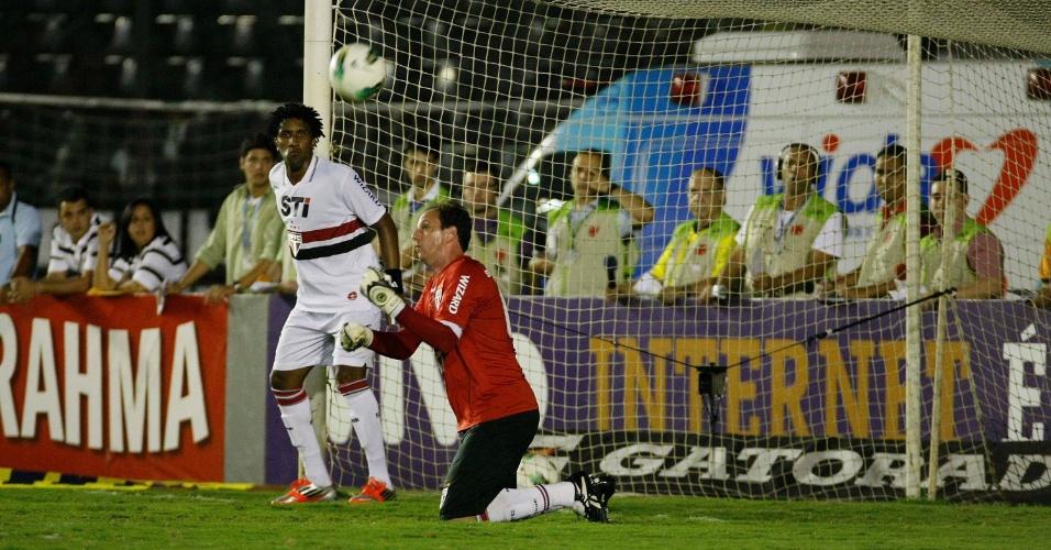 Rogério Ceni defende cobrança de falta de Juninho Pernambucano durante o duelo contra o Vasco