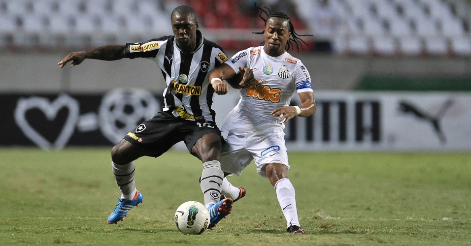 Seedorf, meia do Botafogo, disputa a bola com Arouca, volante do Santos, durante partida no Engenhão
