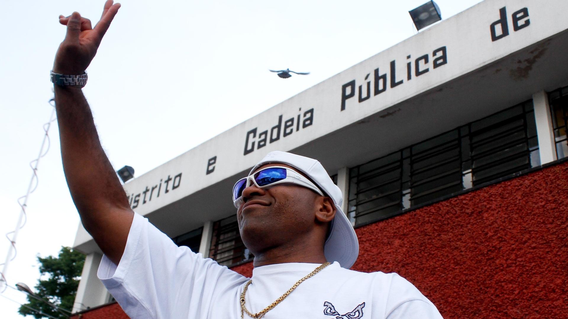 Viola acena ao sair da cadeia de Carapicuíba, na Grande São Paulo; o ex-atacante do Corinthians e da seleção brasileira, hoje jogador de showbol, passou 5 dias preso por porte ilegal de armas e acusação de violência doméstica (10/10/2012)