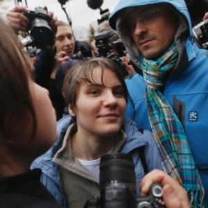 """Yekaterina Samutsevich, do Pussy Riot, fala com a imprensa na saída de um tribunal de Moscou após ser solta; outras duas integrantes do grupo continuam presas por fazer """"prece punk"""" em catedral"""