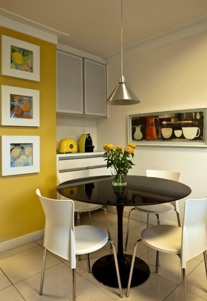 Copa E Sala De Jantar ~ sala de jantar O tom mostarda da parede dá identidade ao espaço e