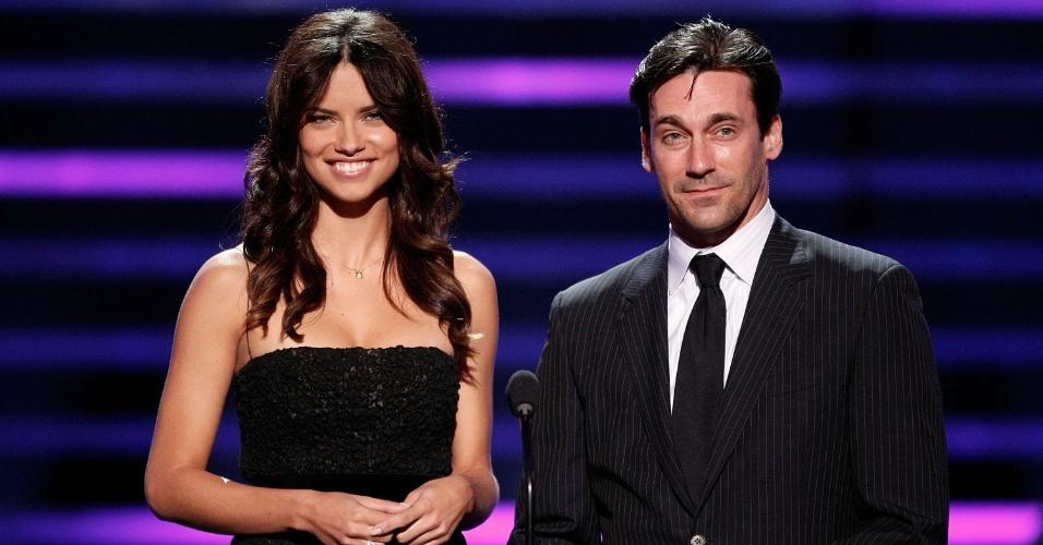 16.jul.2008 - Adriana Lima apresenta prêmio ao lado do ator Jon Hamm; a modelo é mulher do jogador sérvio do Chicago Bulls Marko Jaric
