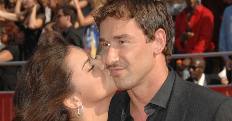 16.jul.2008 - Modelo Adriana Lima beija o marido, o jogador sérvio de basquete do Chicago Bulls Marko Jaric