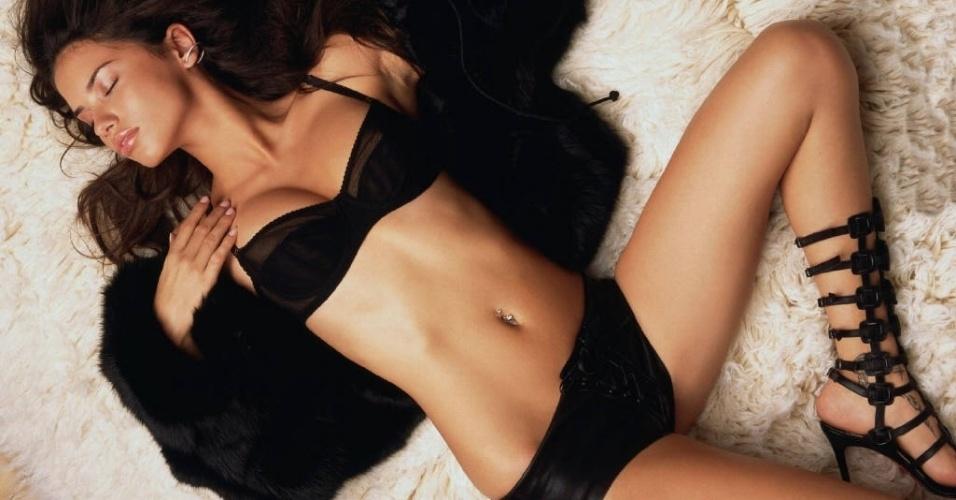 Modelo Adriana Lima é casada com o jogador de basquete Marko Jaric e eles têm dois filhos: Valentia e Sienna