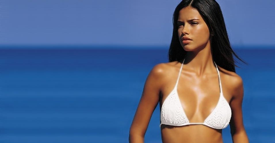 Adriana Lima nasceu em Salvador, capital da Bahia; a modelo foi casada com o jogador sérvio de basquete Marko Jaric até maio de 2014