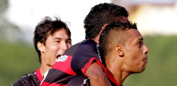 Atacante Élton é abraçado após marcar um dos gols do triunfo de 3 a 1 sobre o Goiás, no Barradão (22/09/2012)