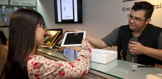 Consumidora compra novo iPad, em maio de 2012, durante o início das vendas do aparelho no Brasil