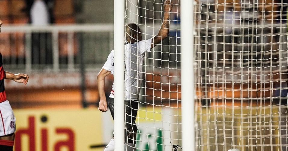 Emerson Sheik acena para a torcida do Corinthians e comemora o terceiro gol da equipe contra o Flamengo
