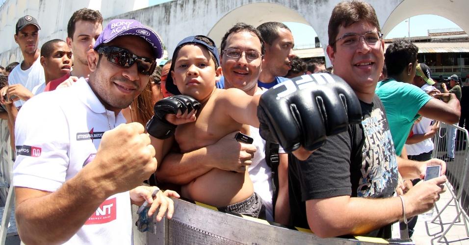 Fora do UFC Rio 3, José Aldo interage com fãs durante treino aberto nos Arcos da Lapa