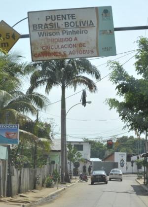A cidade de Cobija, na Bolívia, liga-se ao município de Brasileia, no Brasil, por meio da ponte Wilson Pinheiro. A fronteira entre os dois países estende-se de Corumbá, em Mato Grosso do Sul, até Assis Brasil, no Acre, totalizando 3.400 Km