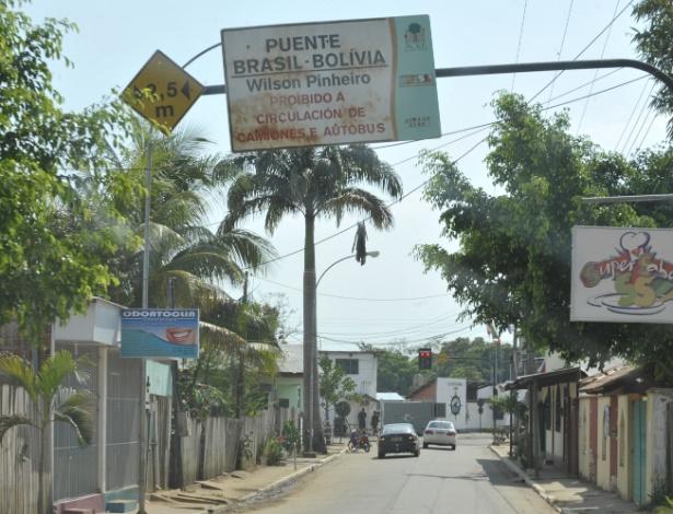 A cidade de Cobija, na Bolívia, liga-se ao município de Brasileia, no Brasil, por meio da ponte Wilson Pinheiro. A fronteira entre os dois países estende-se de Corumbá, em Mato Grosso, até Assis Brasil, no Acre, totalizando 3.400 Km