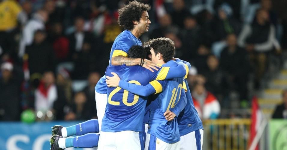 Jogadores da seleção brasileira abraçam o meia Oscar, que abriu o placar para a equipe no amistoso com o Iraque