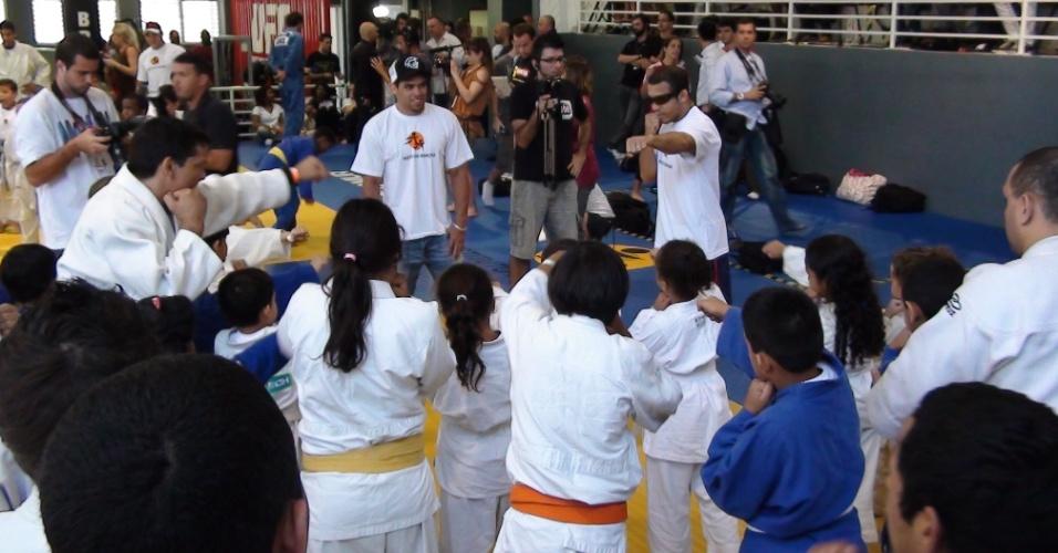 José Aldo e Renan Barão participam de treino com crianças antes do UFC Rio 3