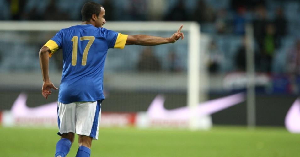 Lucas comemora o sexto gol da vitória brasileira sobre o Iraque, em amistoso realizado na Suécia