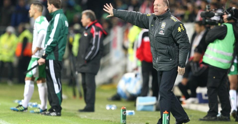Mano Menezes gesticula com os jogadores da seleção brasileira durante a goleada sobre o Iraque