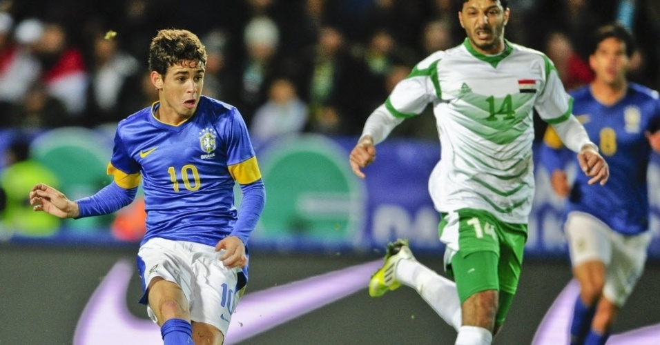 Meia Oscar chuta para abrir o placar para a seleção brasileira no amistoso contra o Iraque, em Malmo (SUE)