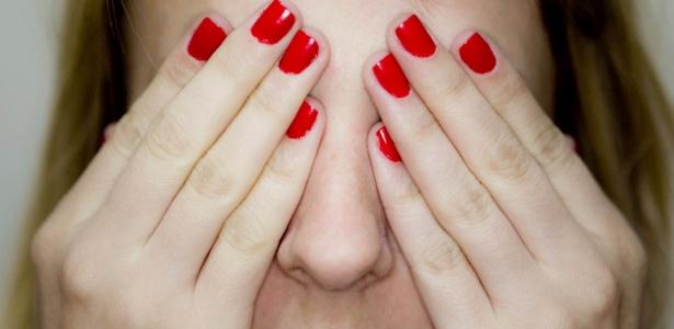 Coloque as duas mãos em frente dos olhos, de modo a não permitir a entrada de nenhuma luminosidade