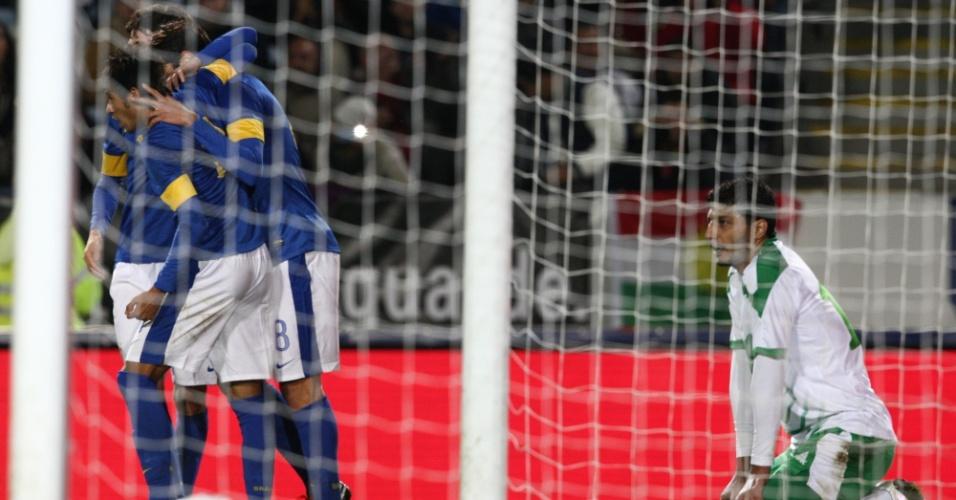 Neymar, Oscar e Kaká comemoram gol da seleção brasileira, enquanto iraquiano se lamenta durante amistoso