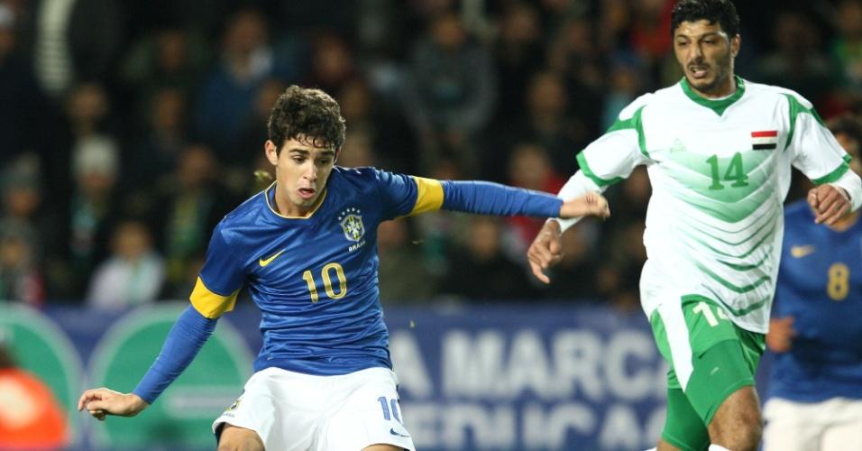 Oscar arrisca lançamento durante o amistoso da seleção brasileira com o Iraque, em Malmo (SUE)