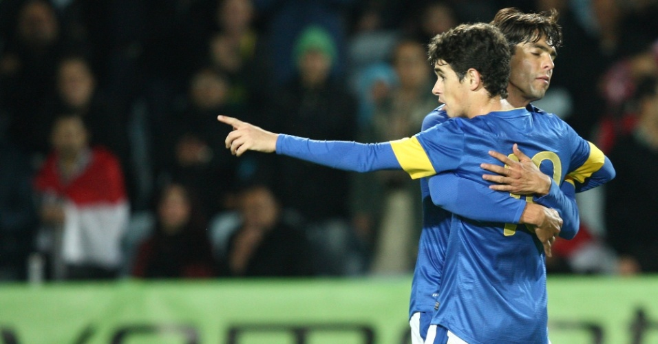 Oscar é abraçado por Kaká após marcar o primeiro gol da seleção brasileira no amistoro contra o Iraque, em Malmo (SUE)