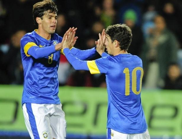 Oscar é cumprimentado por Kaká após marcar pela seleção brasileira no amistoso contra o Iraque