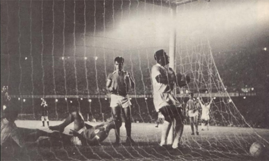 Pele comemora ao marcar para o Santos no confronto contra o Benfica no Maracan pelo 1 jogo da final do Mundial Interclubes