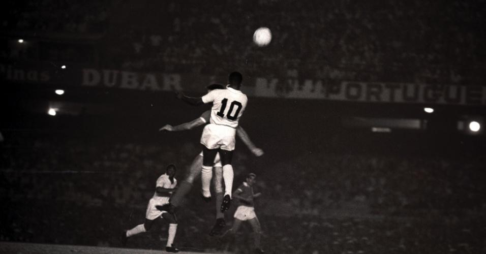 Pelé disputa jogada de cabeça no 1º jogo entre Santos e Benfica pelo Mundial Interclubes de 1962, no Maracanã