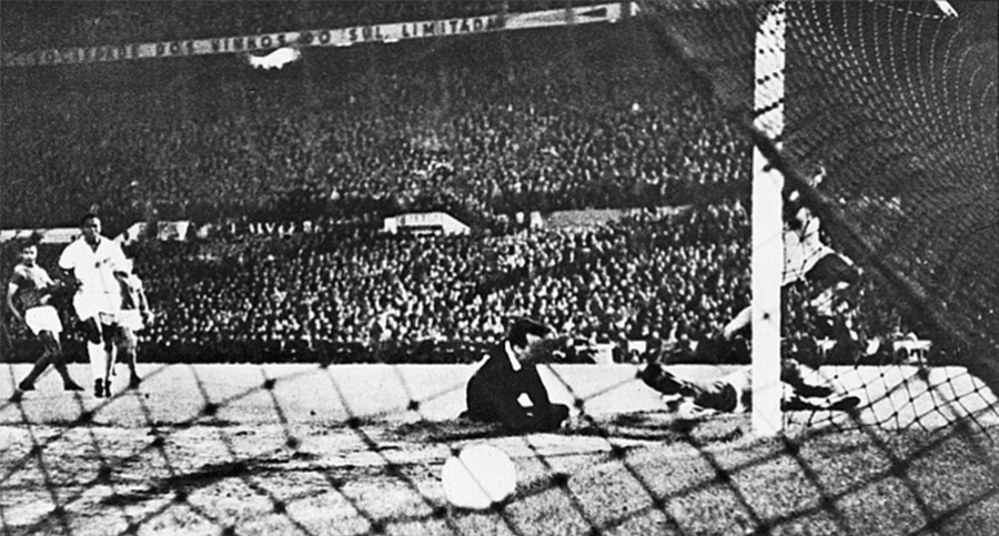 Pelé toca na saída do goleiro e marca um dos gols do Santos sobre o Benfica no 2º jogo da final do Mundial Interclubes, no estádio da Luz, em Lisboa