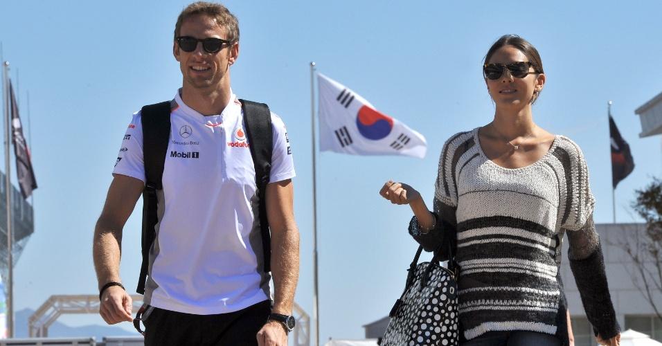 Jenson Button chega ao circuito de Yeongam ao lado da namorada Jessica Michibata (11/10/12)
