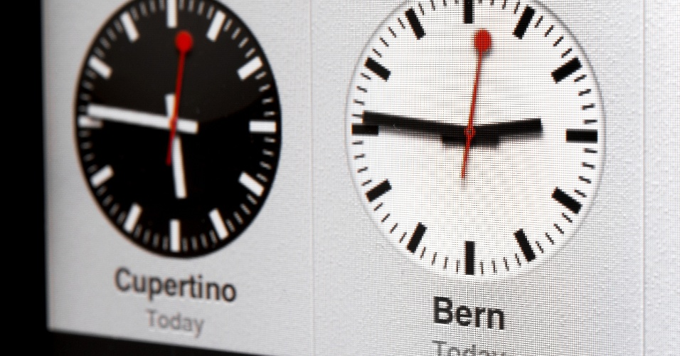 12.out.2012 - A SBB (companhia suíça de trens) anunciou nesta sexta-feira que a Apple chegou a um acordo com a empresa para utilizar o design dos relógios presentes nas estações de trem do país. Com o lançamento do iOS6, a fabricante americana mudou a identidade gráfica do relógio do sistema operacional (imagem acima), de modo que ficou muito parecido com o desenhado por Hans Hilfiker, em 1944, para a companhia de trens da Suíça. A companhia do país europeu não informou quanto foi pago para o licenciamento do design
