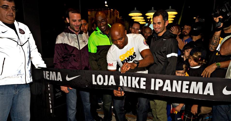 Anderson Silva corta a faixa na inauguração de loja da Nike no Rio de Janeiro