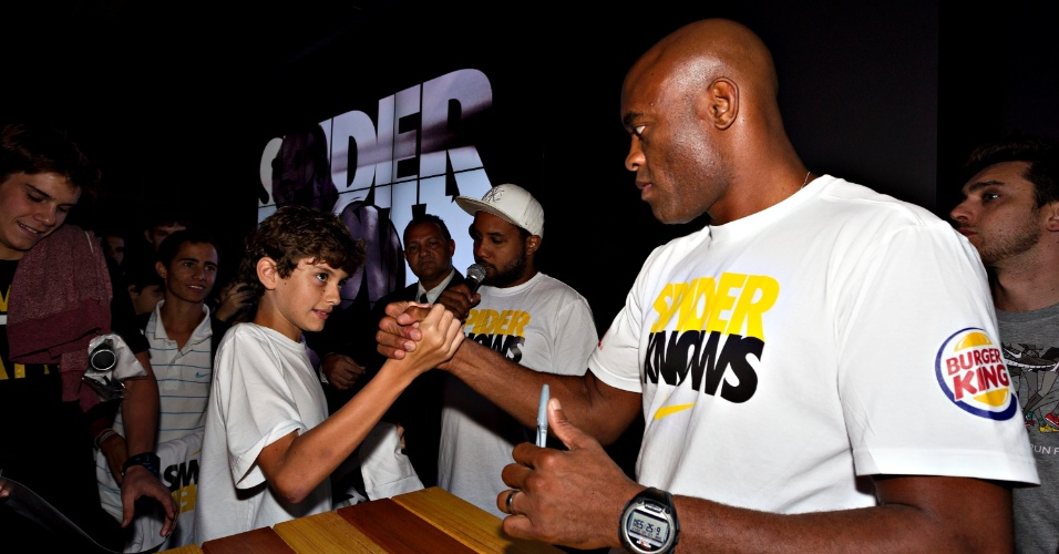 Anderson Silva cumprimenta fã mirim durante evento de seu patrocinador no Rio de Janeiro