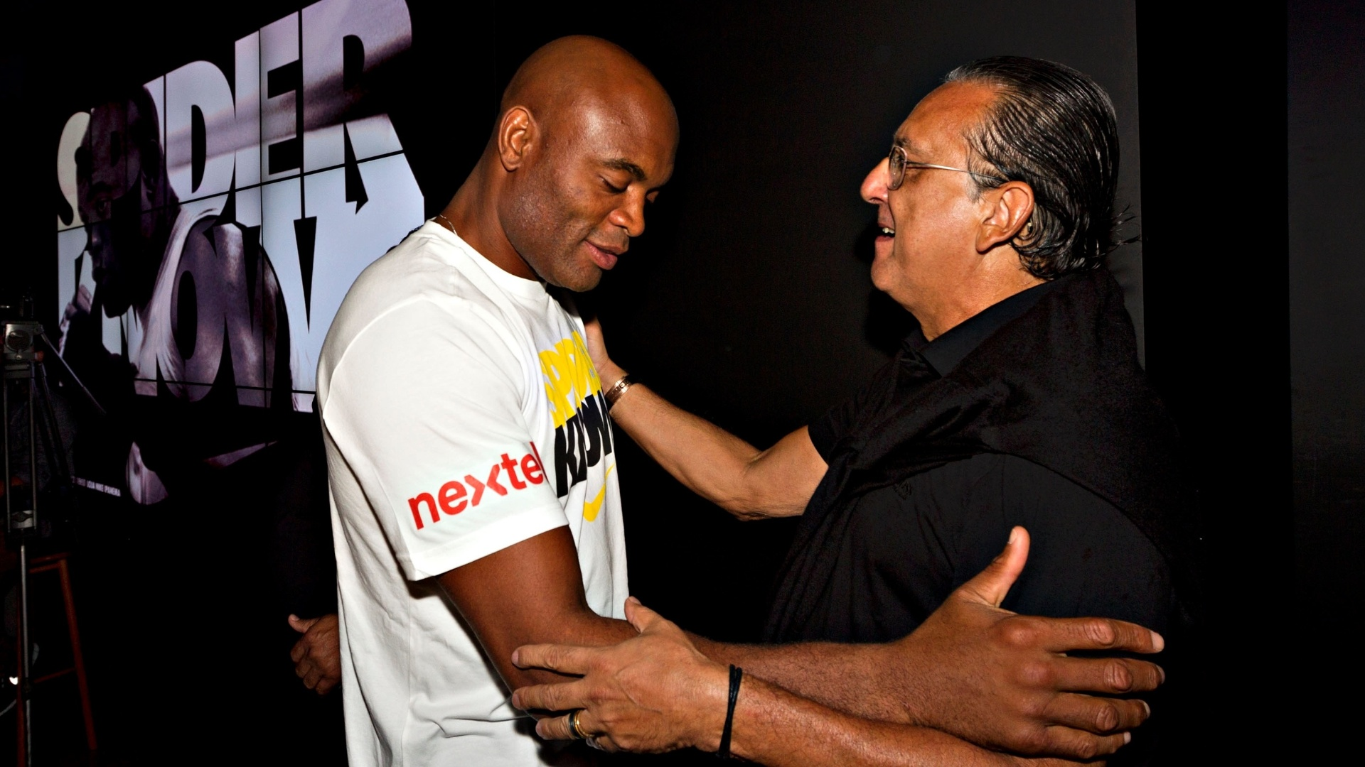 Anderson Silva cumprimenta o narrador Galvo Bueno, da TV Globo, em evento da Nike no Rio
