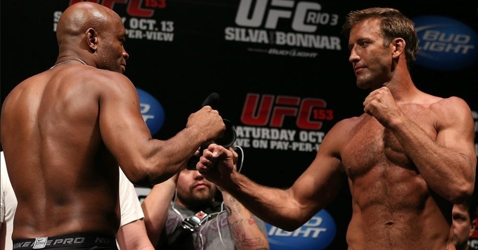 Anderson Silva e Stephan Bonnar se encaram aps a pesagem do UFC 153, no Rio de Janeiro