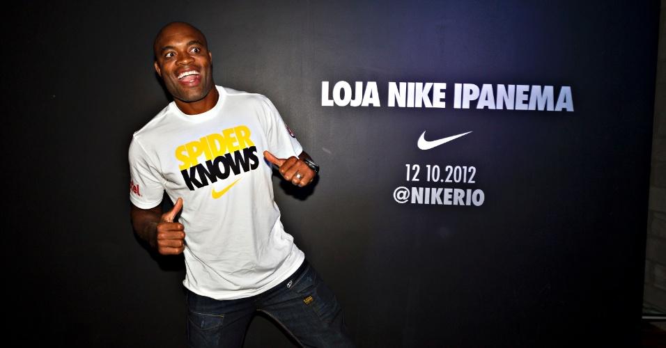 Anderson Silva faz graça na chegada a evento da Nike, no Rio de Janeiro
