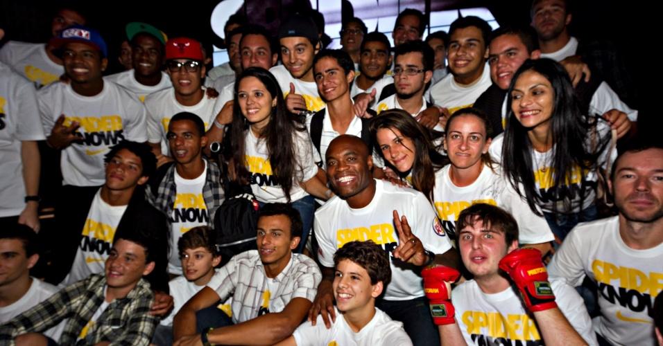 Anderson Silva posa ao lado de fãs e convidados em inauguração de loja da Nike no Rio