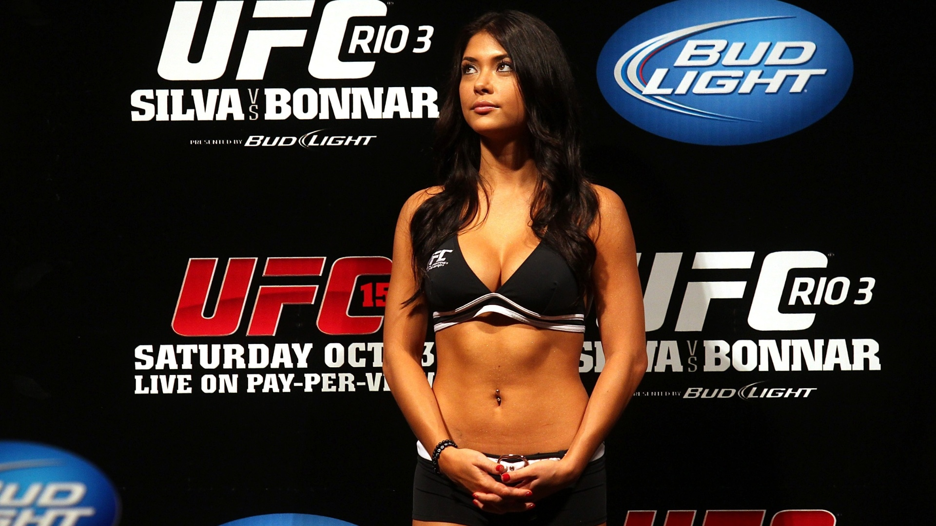 Arianny Celeste, ring girl do UFC, durante a pesagem oficial do UFC 153, no Rio de Janeiro