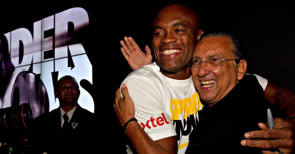 Galvão Bueno abraça Anderson Silva durante inauguração de loja da Nike no Rio de Janeiro